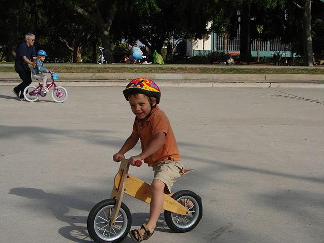 niño-en-bicicleta-de-entrenamiento-de-madera