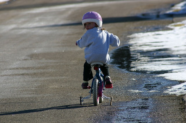 niña-jugando-con su-bicicleta