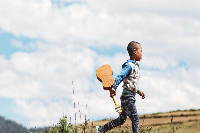 niño-con-guitarra